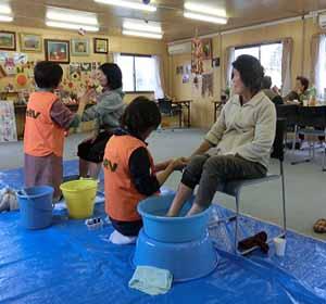 東日本大震災 亘理郡山元町にて足湯ボランティアのサムネイル画像