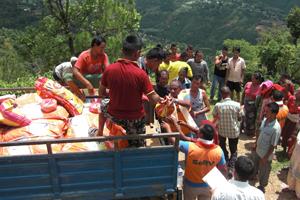Kharelthok村にお米と豆を届けるのサムネイル画像