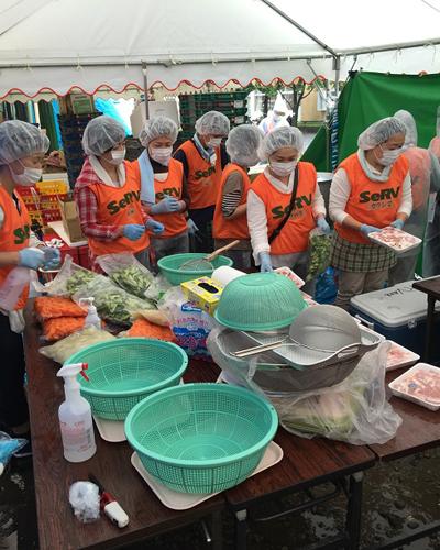 平成28年熊本地震 広安小学校で炊き出しのサムネイル画像