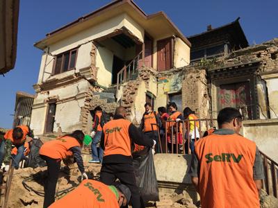 ネパール 寺院での清掃活動のサムネイル画像