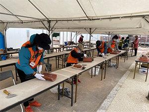 首里城赤瓦漆喰はがしボランティアのサムネイル画像