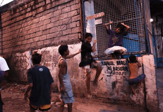ストリートで遊ぶフィリピンの子どもたち